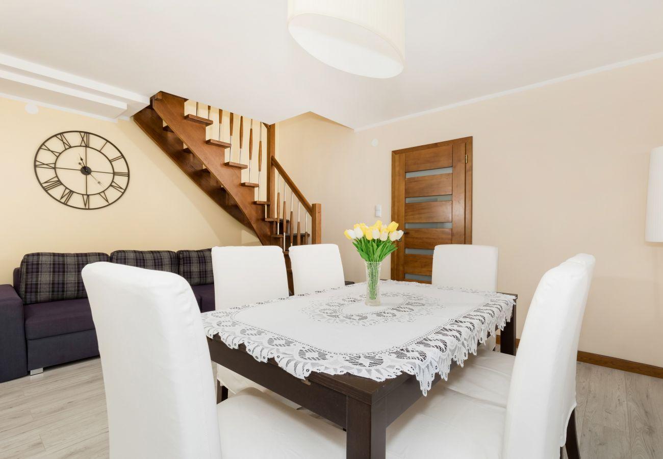 pokój, stół, krzesła, sofa, drzwi, lampa, schody
