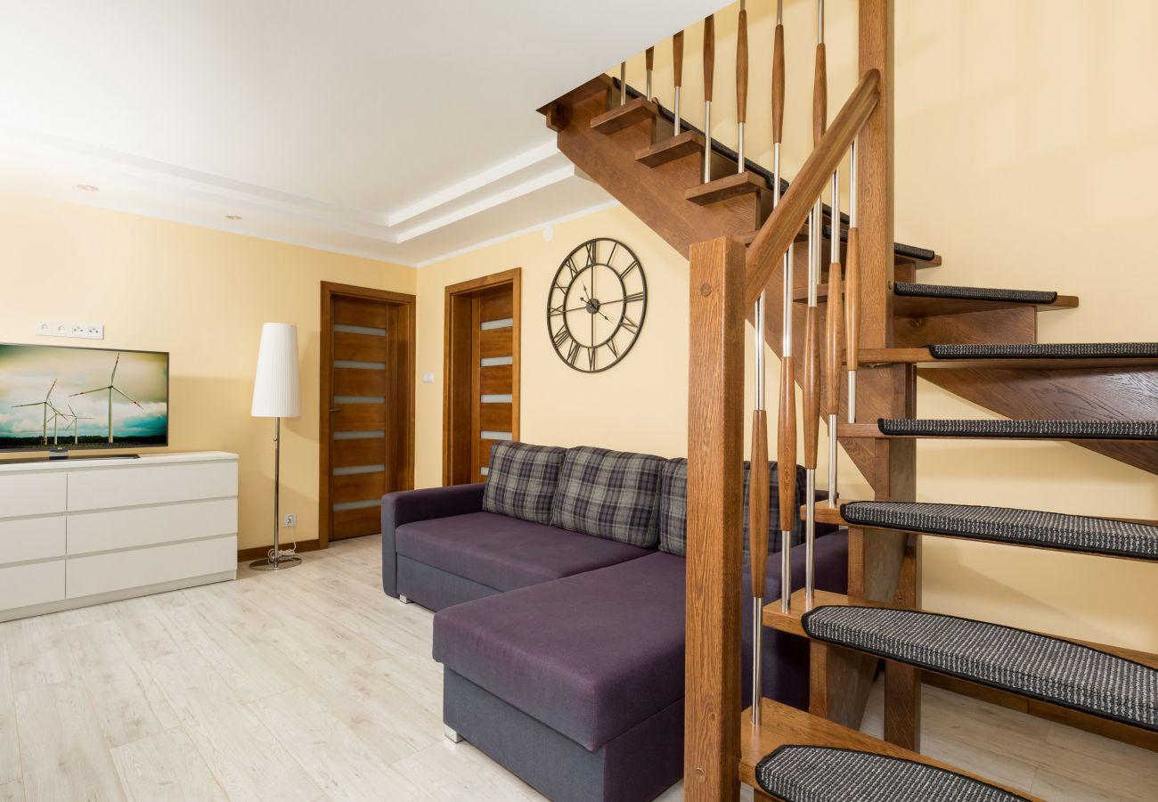 pokój, tv, sofa, drzwi, lampa, schody