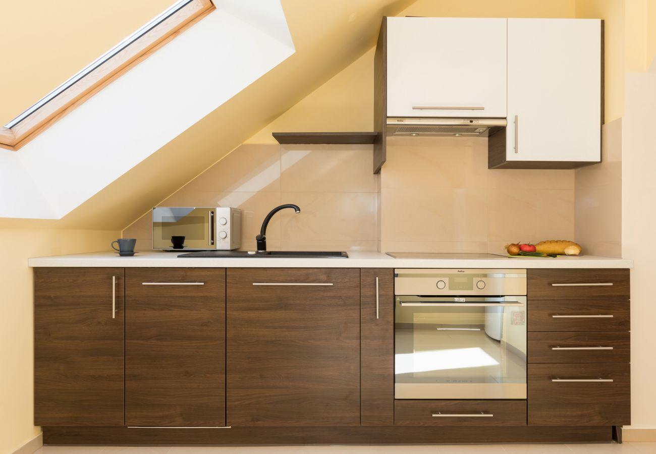 kuchnia, szafki, piekarnik, płyta kuchenna, zlewozmywak, mikrofala, narzędzia kuchenne, okno