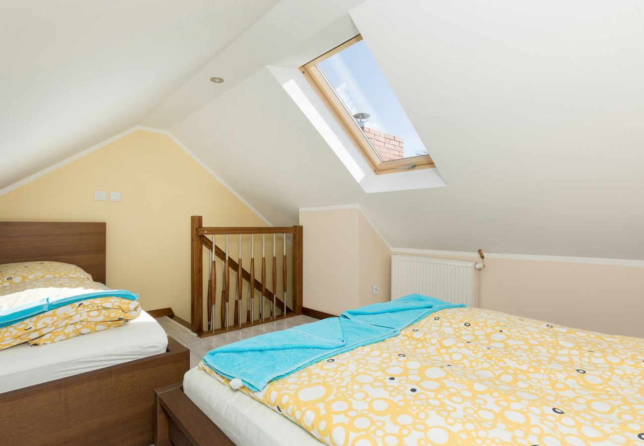 pokój, łóżko, okno, pościel, schody