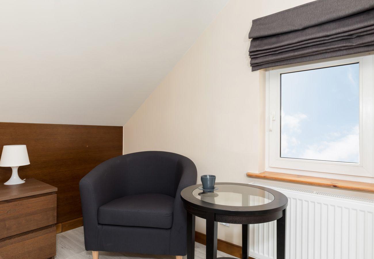 pokój, stolik, okno, fotel