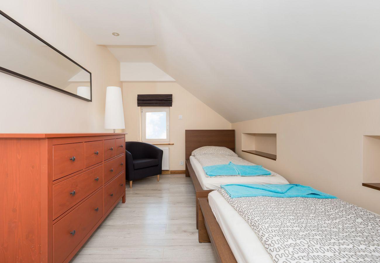 pokój, łóżko, lustro, komoda, okno, pościel