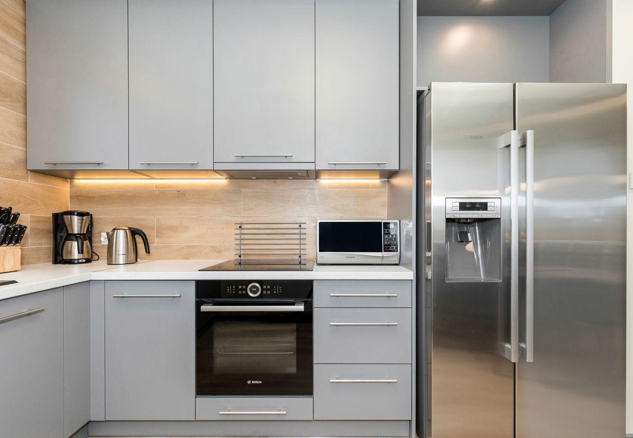 kuchnia, lodówka, szafki kuchenne, piekarnik, mikrofala, przybory kuchenne, wynajem