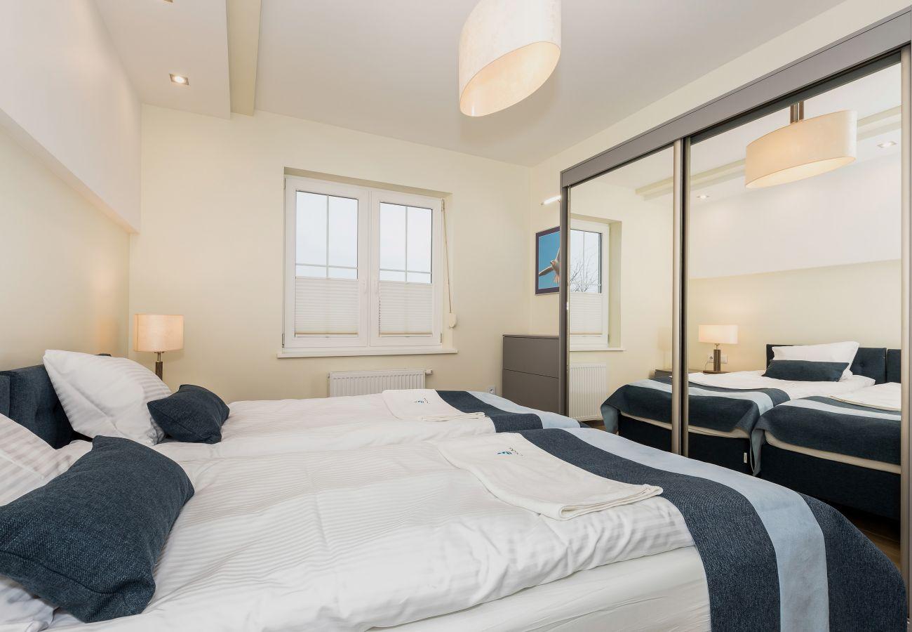 pokój, łóżko, pościel, szafa, lustro, okno, wynajem