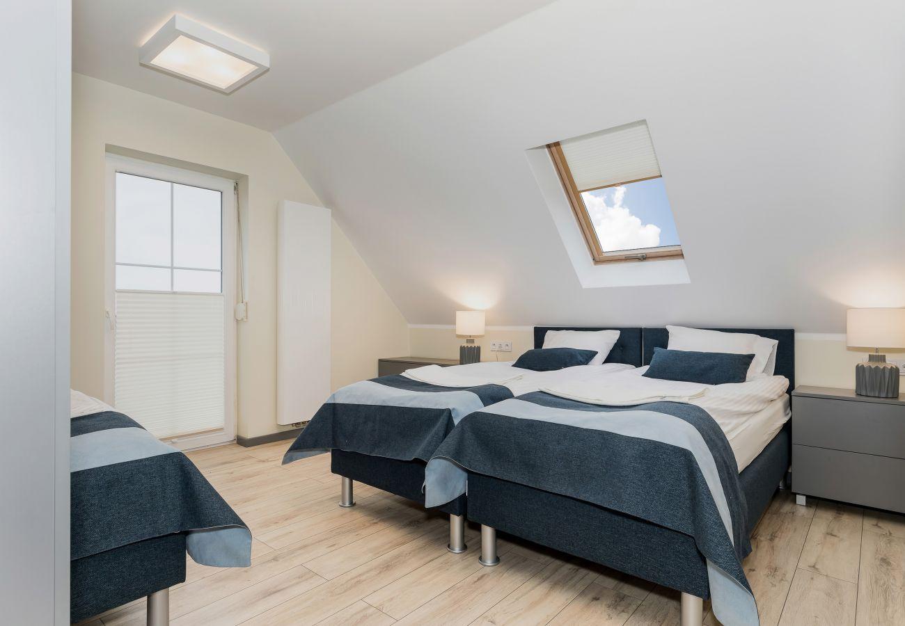 pokój, łóżko, pościel, lampka nocna, wynajem