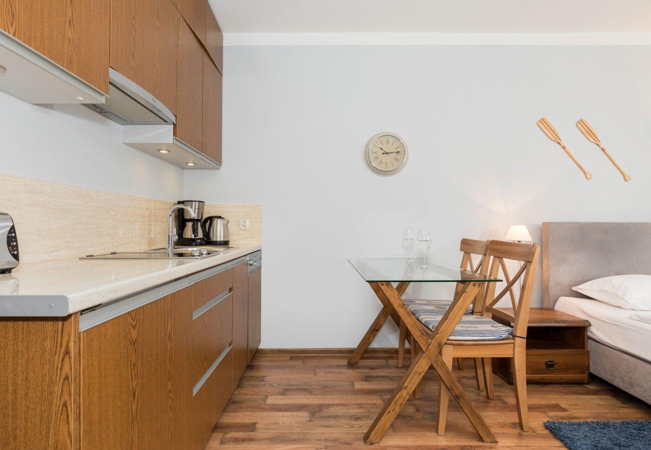 aneks kuchenny, stół, krzesła, zegar, wynajem