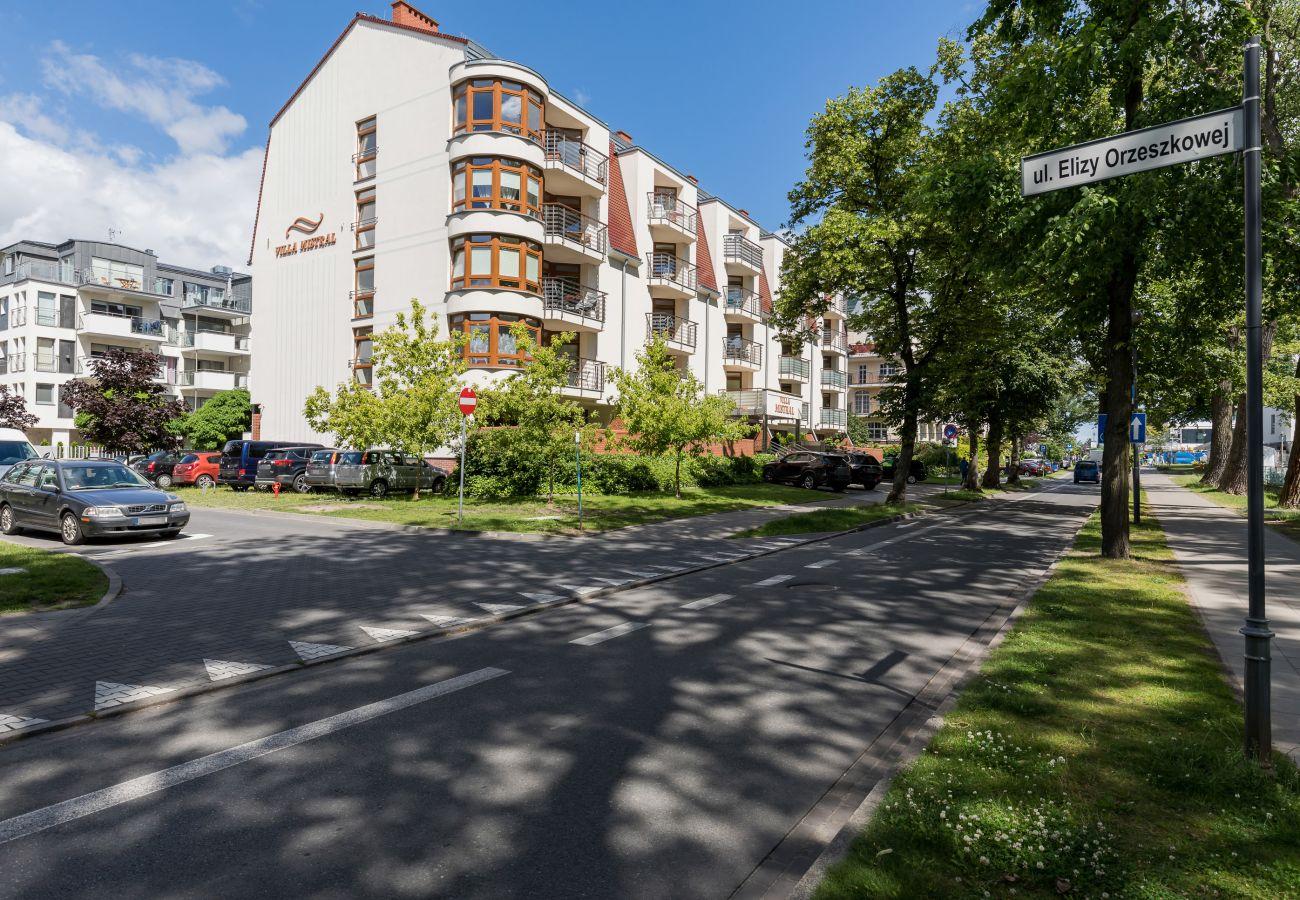 Villa Mistral, apartamenty, wynajem, Świnoujście, wakacje, wejście, budynek, ulica, park