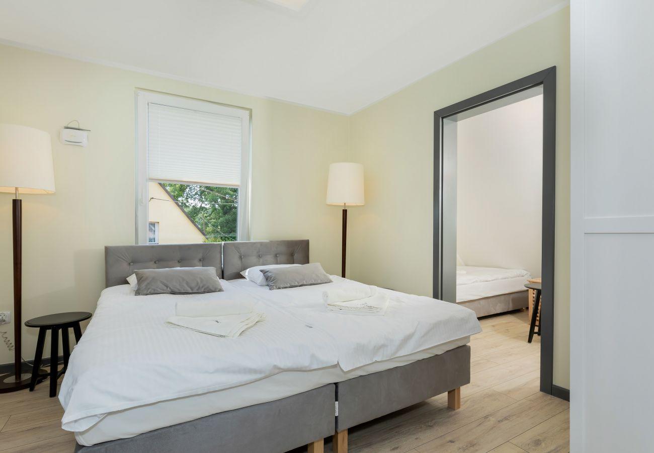 pokój, łóżko, pościel, lampa, okno, wynajem