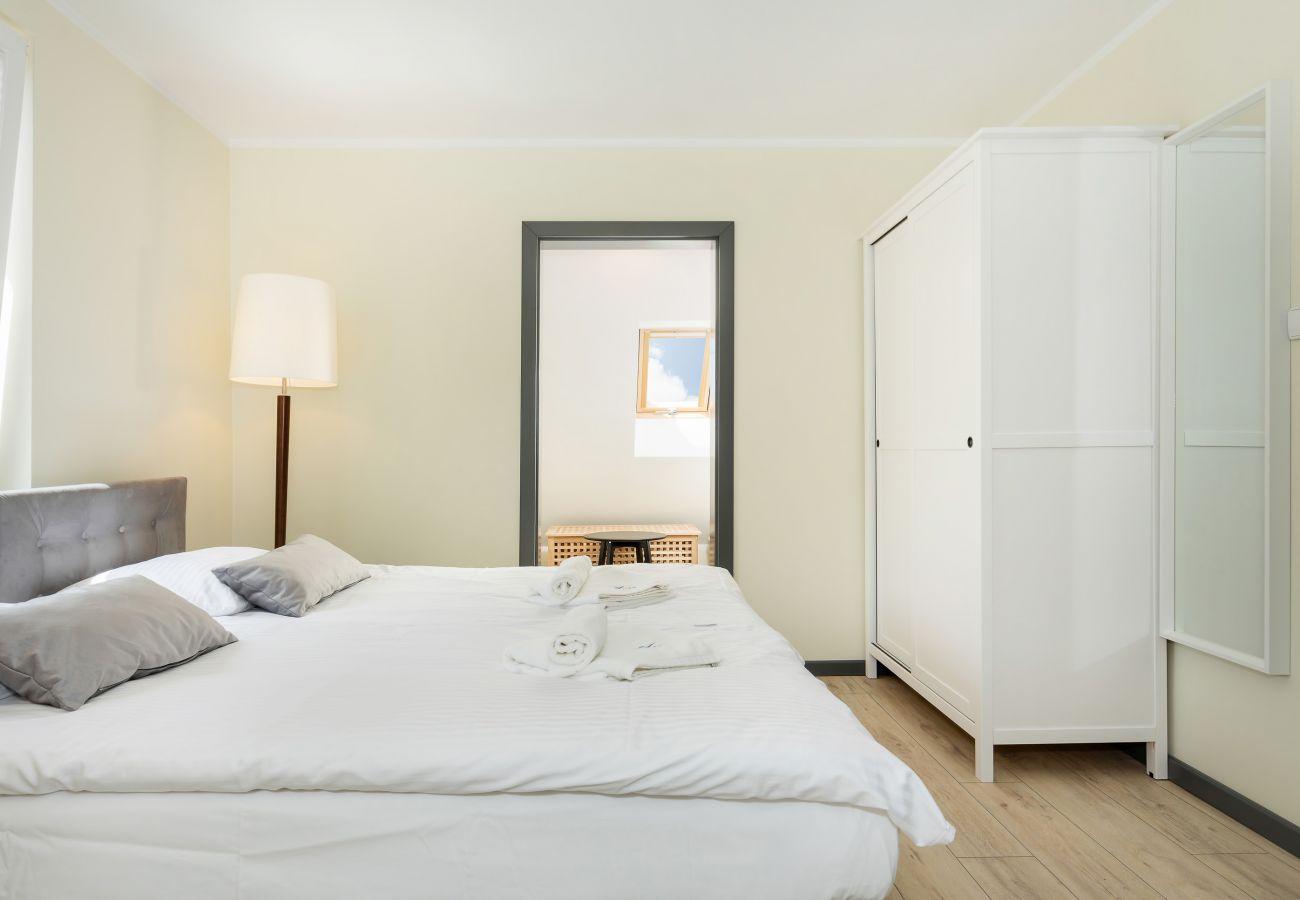 pokój, łóżko, pościel, lampa, szafa, wynajem