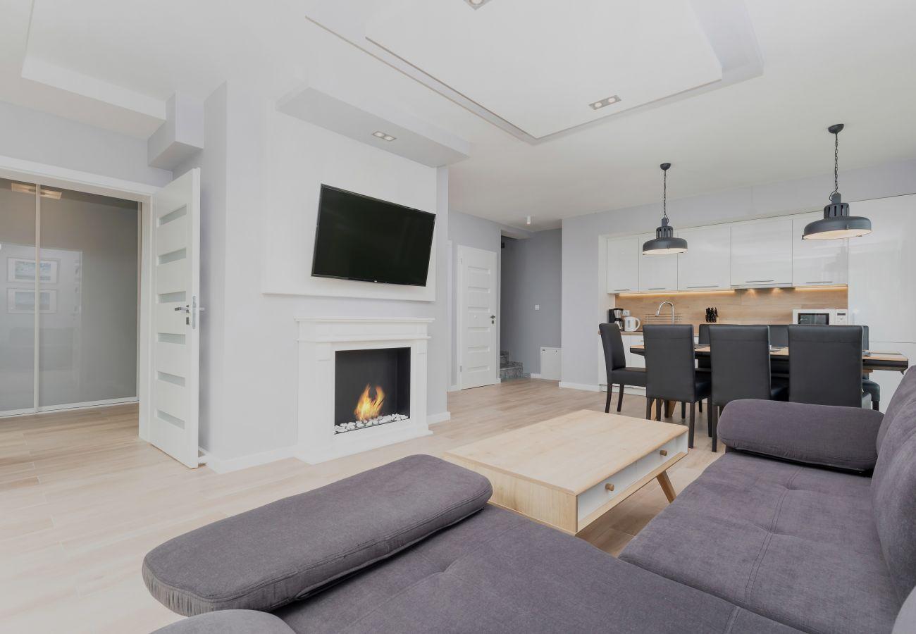pokój, sofa, stolik kawowy, TV, bio kominek, wynajem