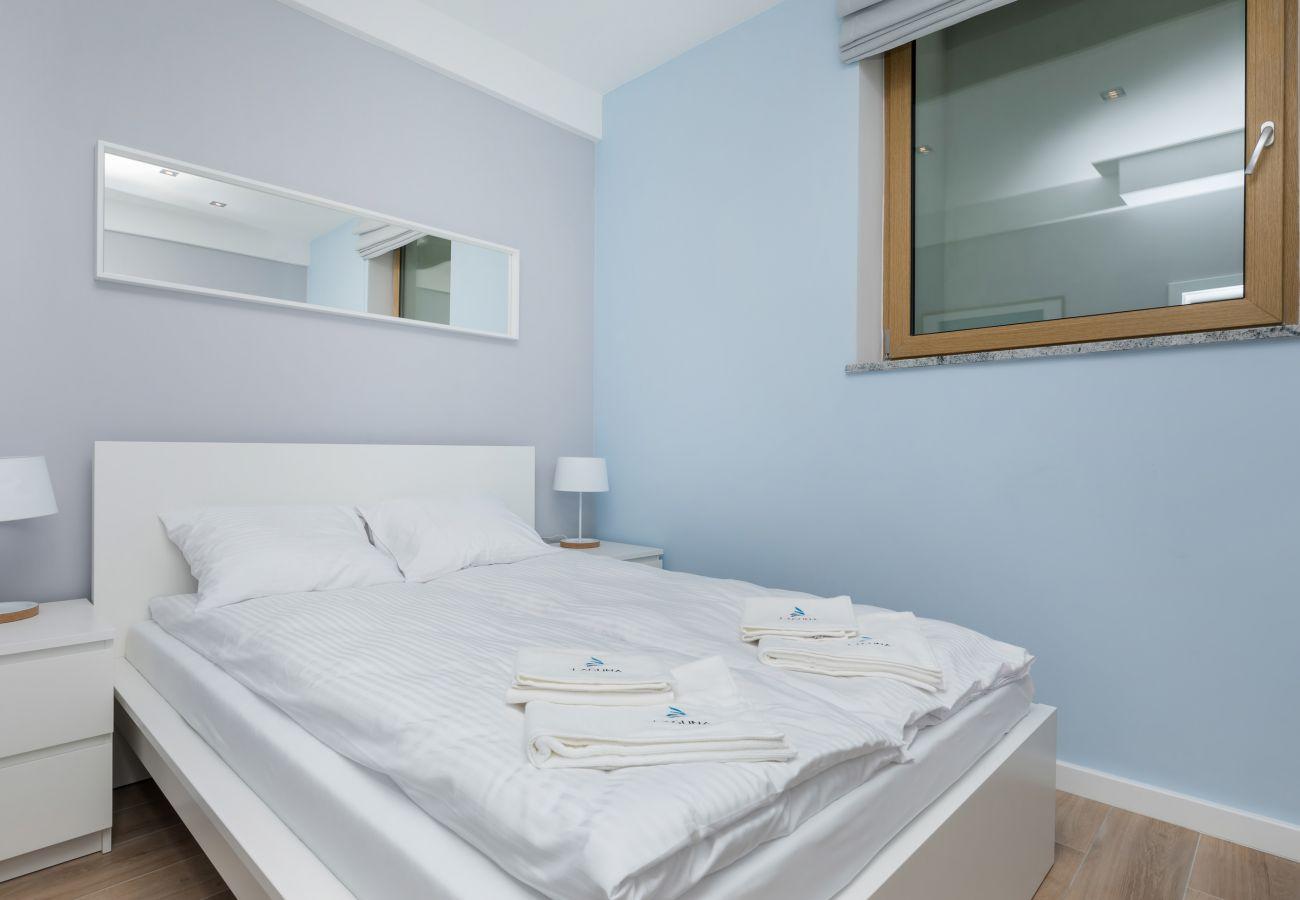 pokój, łóżko, pościel, obraz, okno, lampka nocna, wynajem