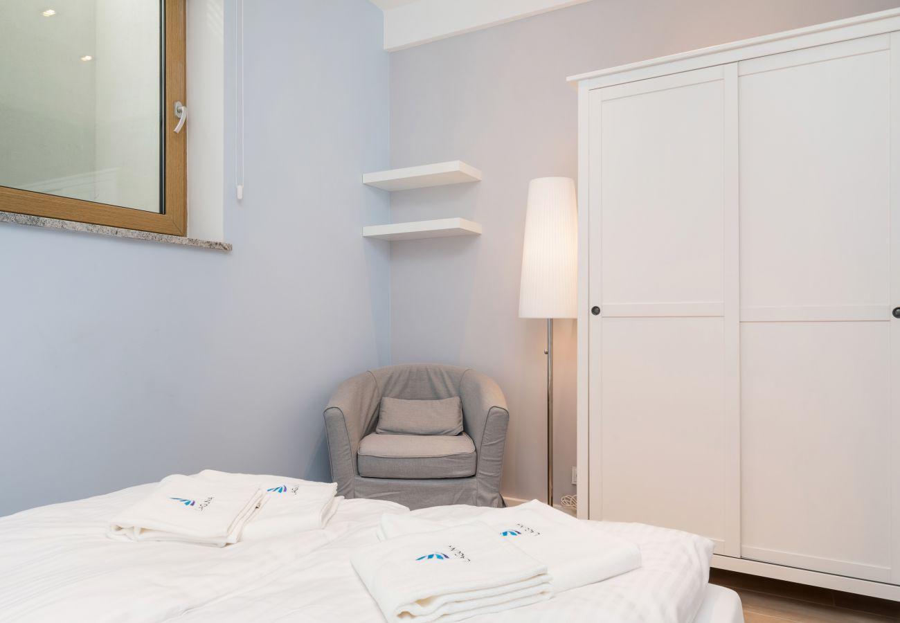 pokój, łóżko, pościel, fotel, szafa, lampka nocna, wynajem