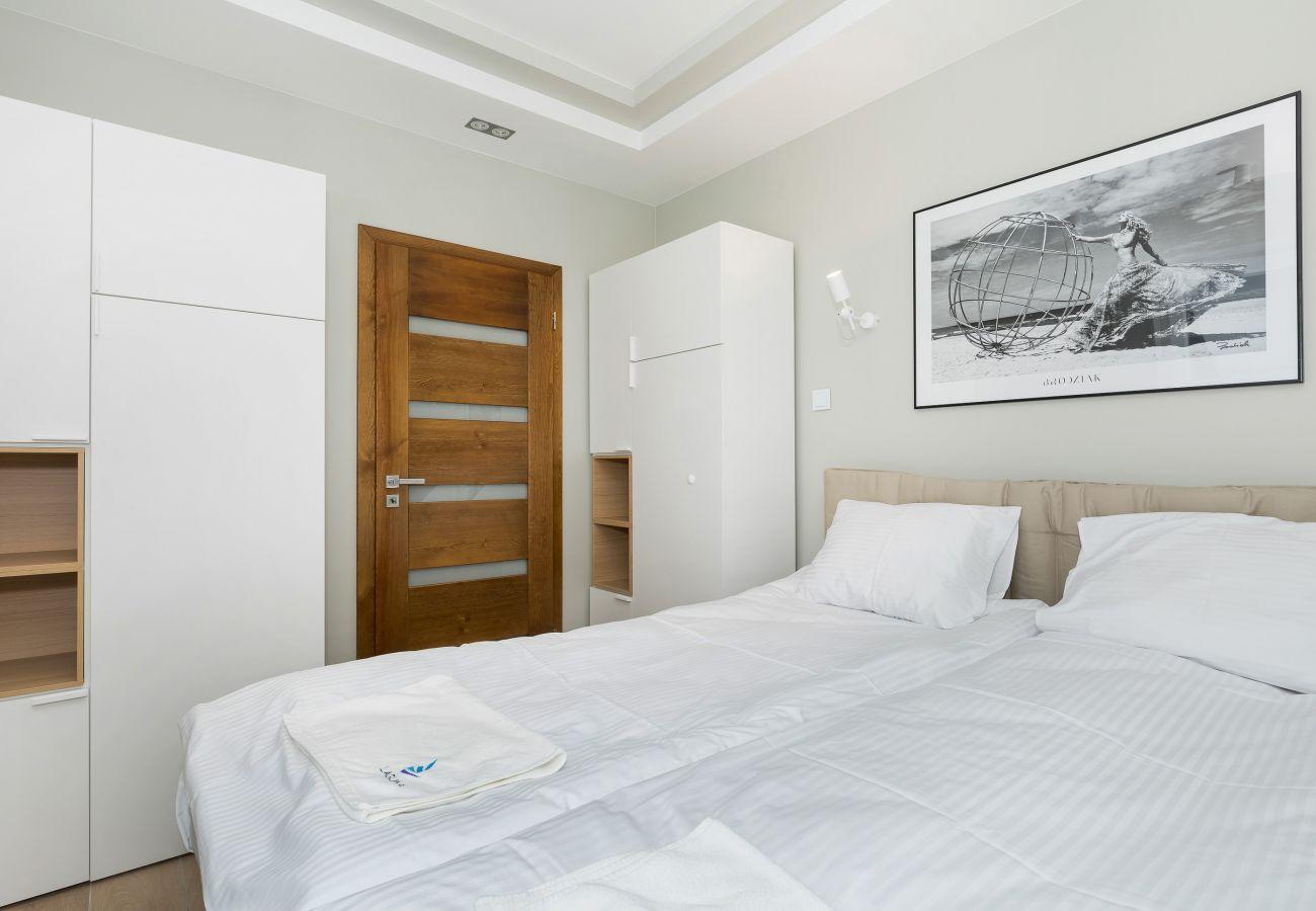 sypialnia, podwójne łóżko, szafa, obraz, drzwi, wynajem