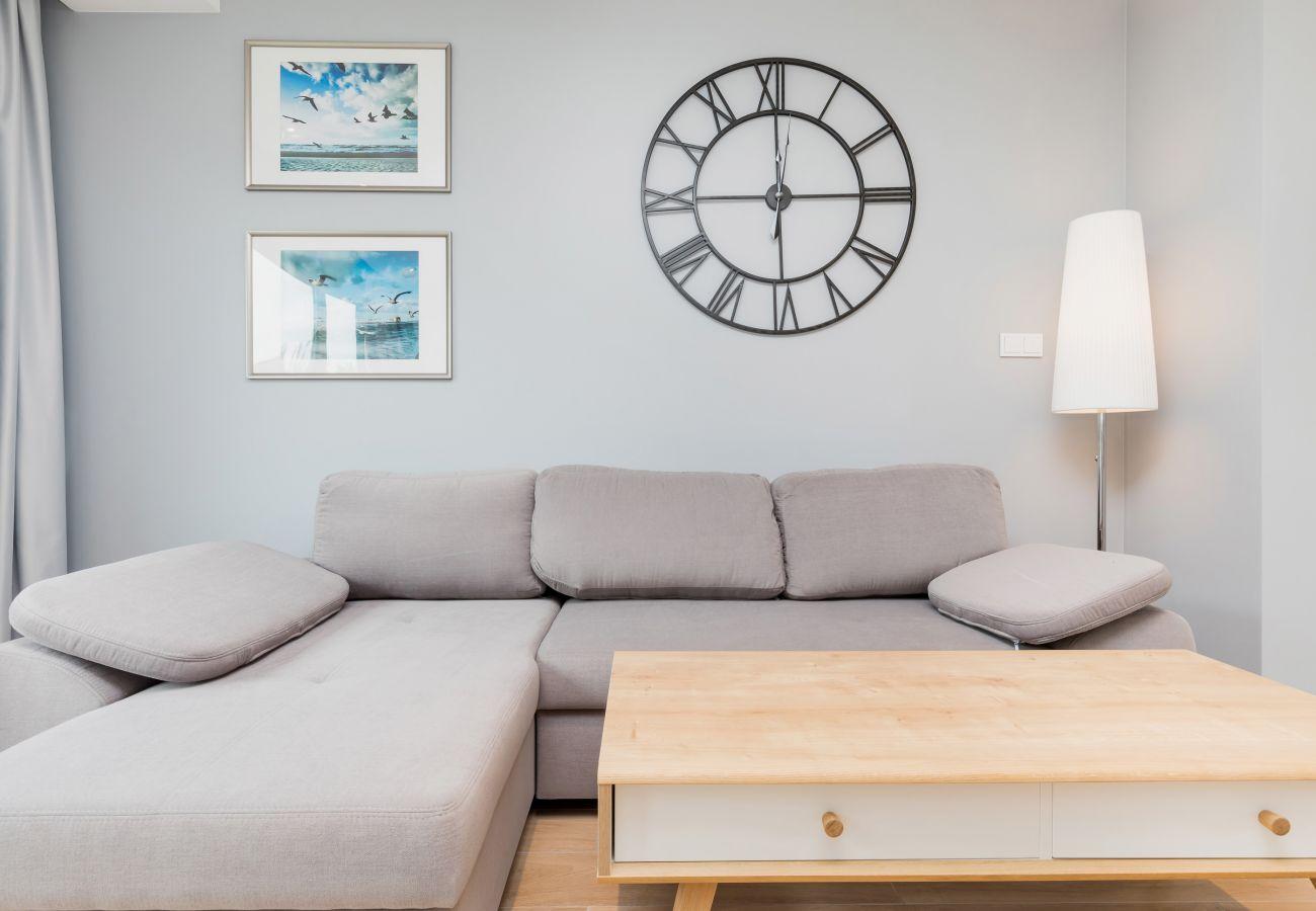 salon, lampa, sofa, stolik kawowy, zegar