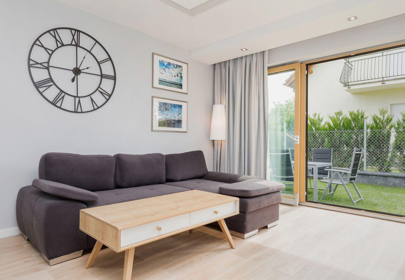 pokój dzienny, zegar, stolik kawowy, sofa, okno, widok na zewnątrz, wynajem