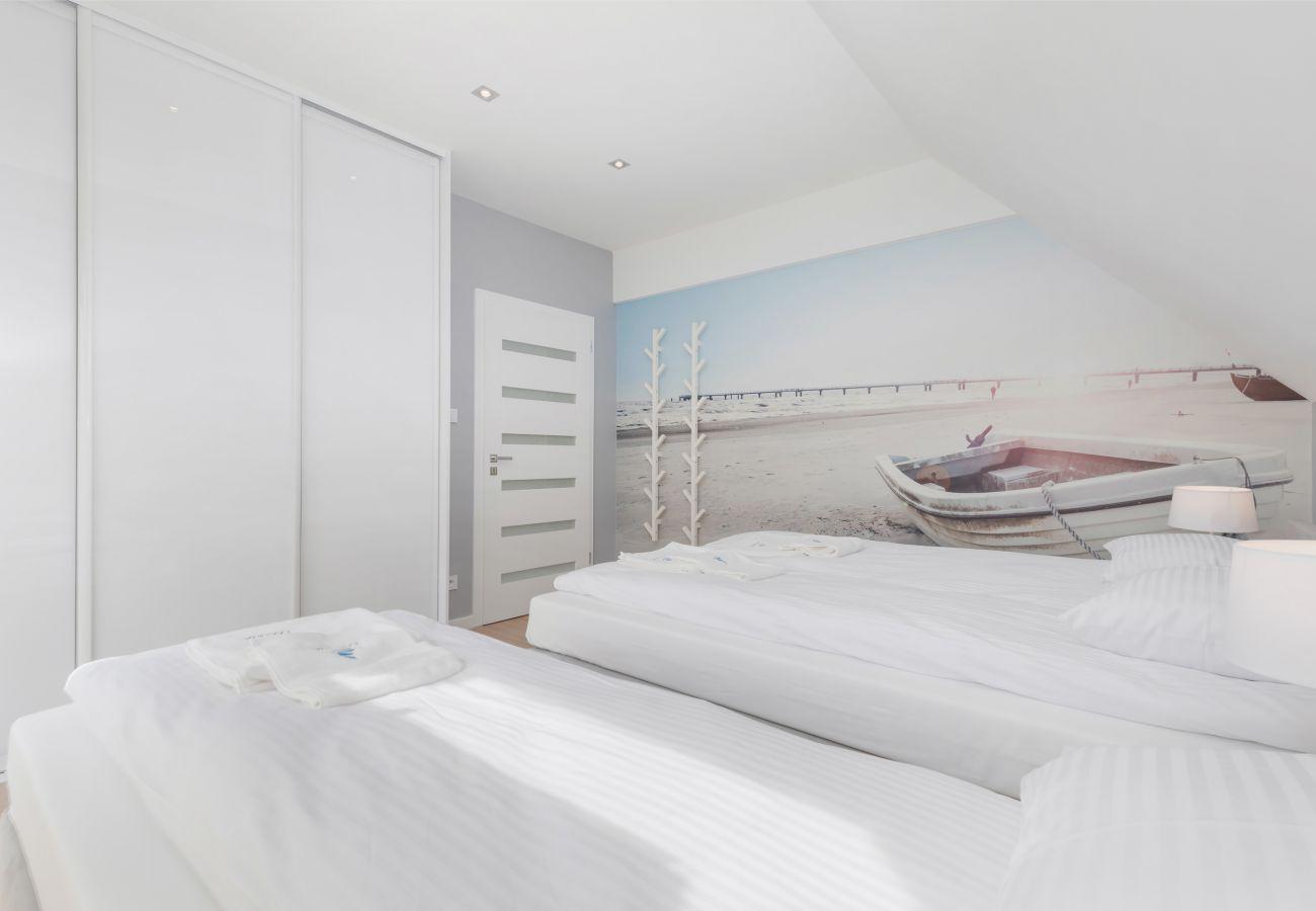 sypialnia, pojedyncze łóżka, szafka nocna, lampka nocna, szafa, wynajem