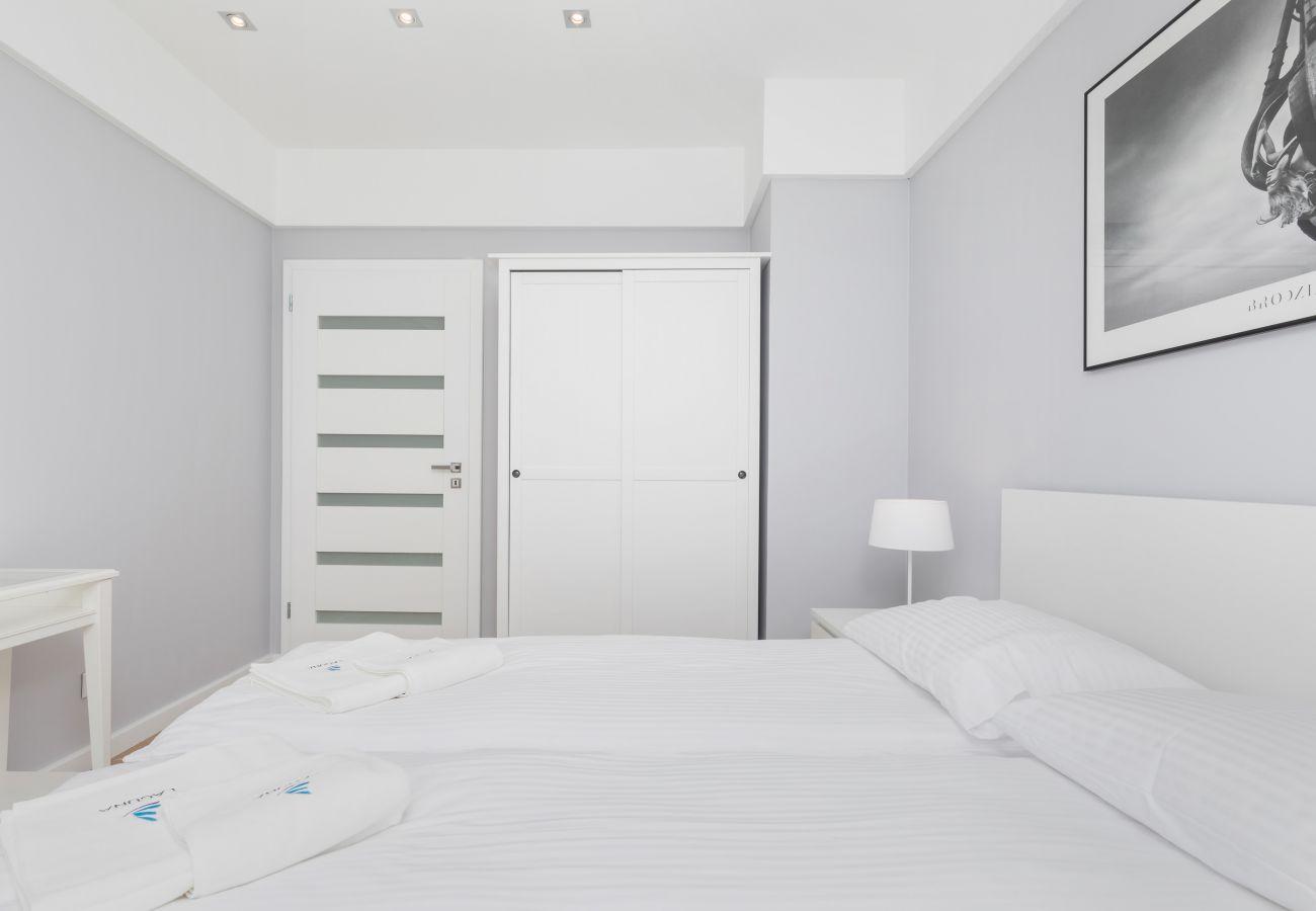 sypialnia, podwójne łóżko, szafa, okno, poduszka, koc, wynajem