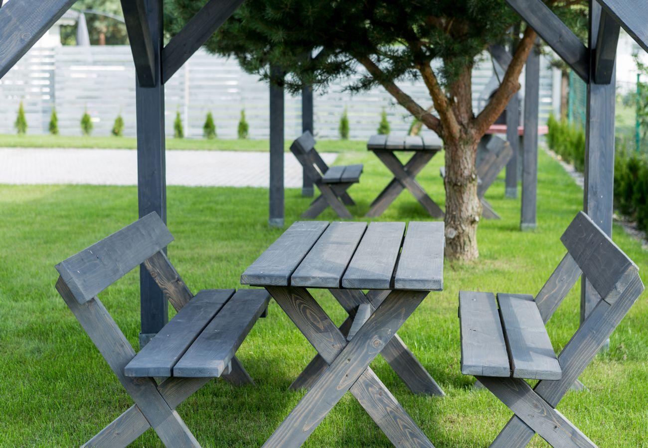 na zewnątrz, ogród, meble ogrodowe, stół, ława, wynajem