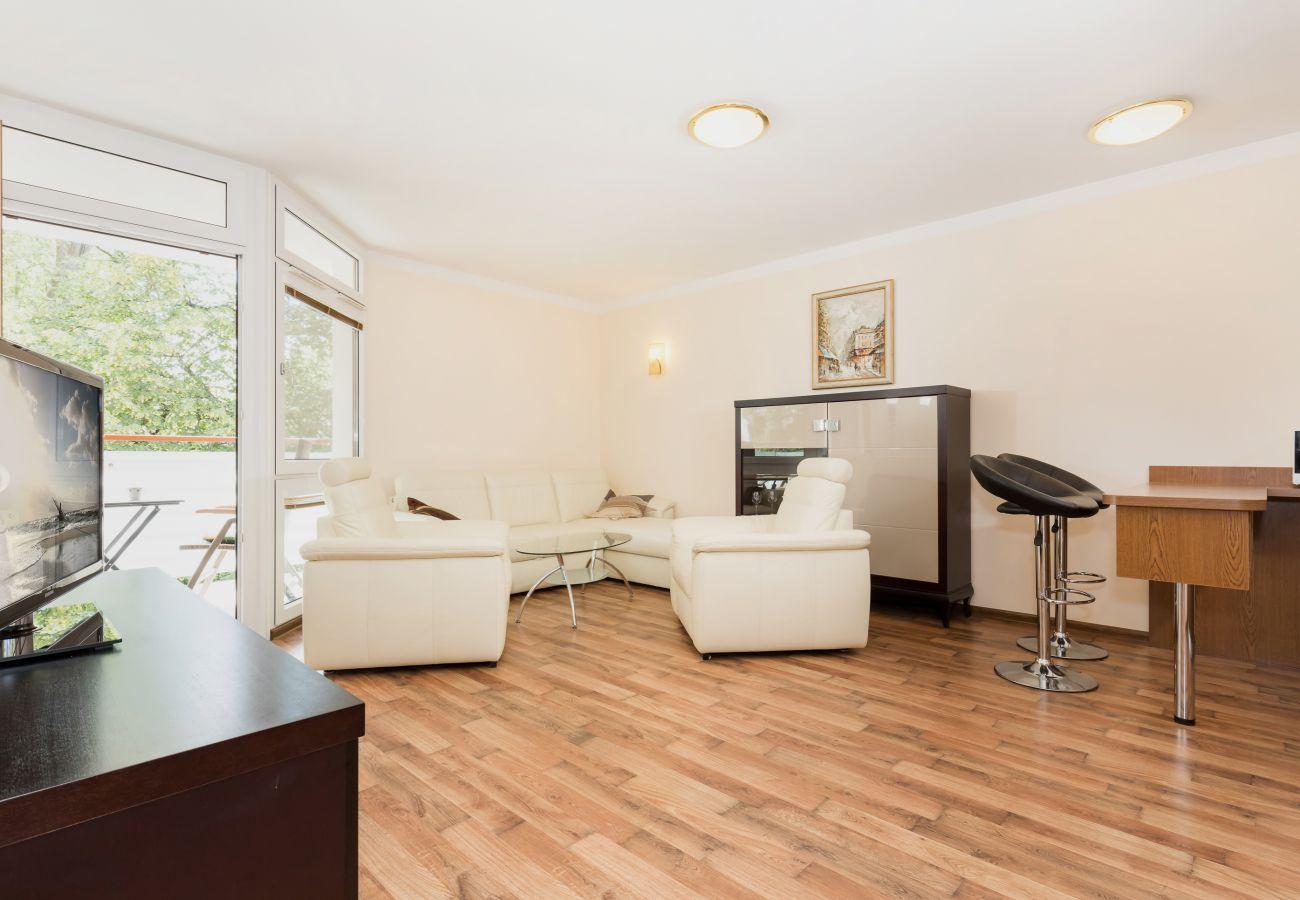 pokój dzienny, fotel, sofa, stolik kawowy, telewizor, jadalnia, kuchenka mikrofalowa, szafka, wynajem