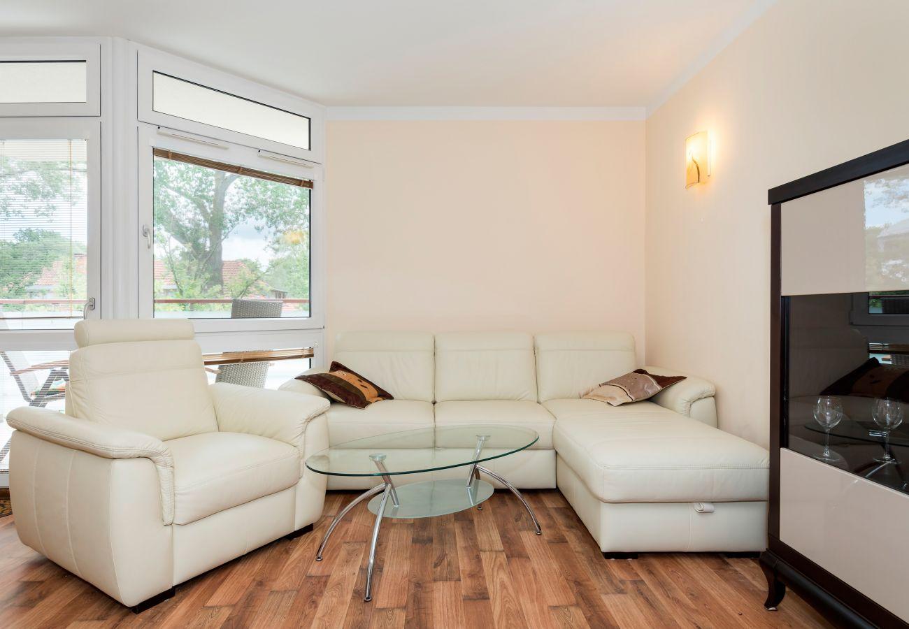 pokój dzienny, fotel, sofa, stolik kawowy, jadalnia, szafka, wynajem