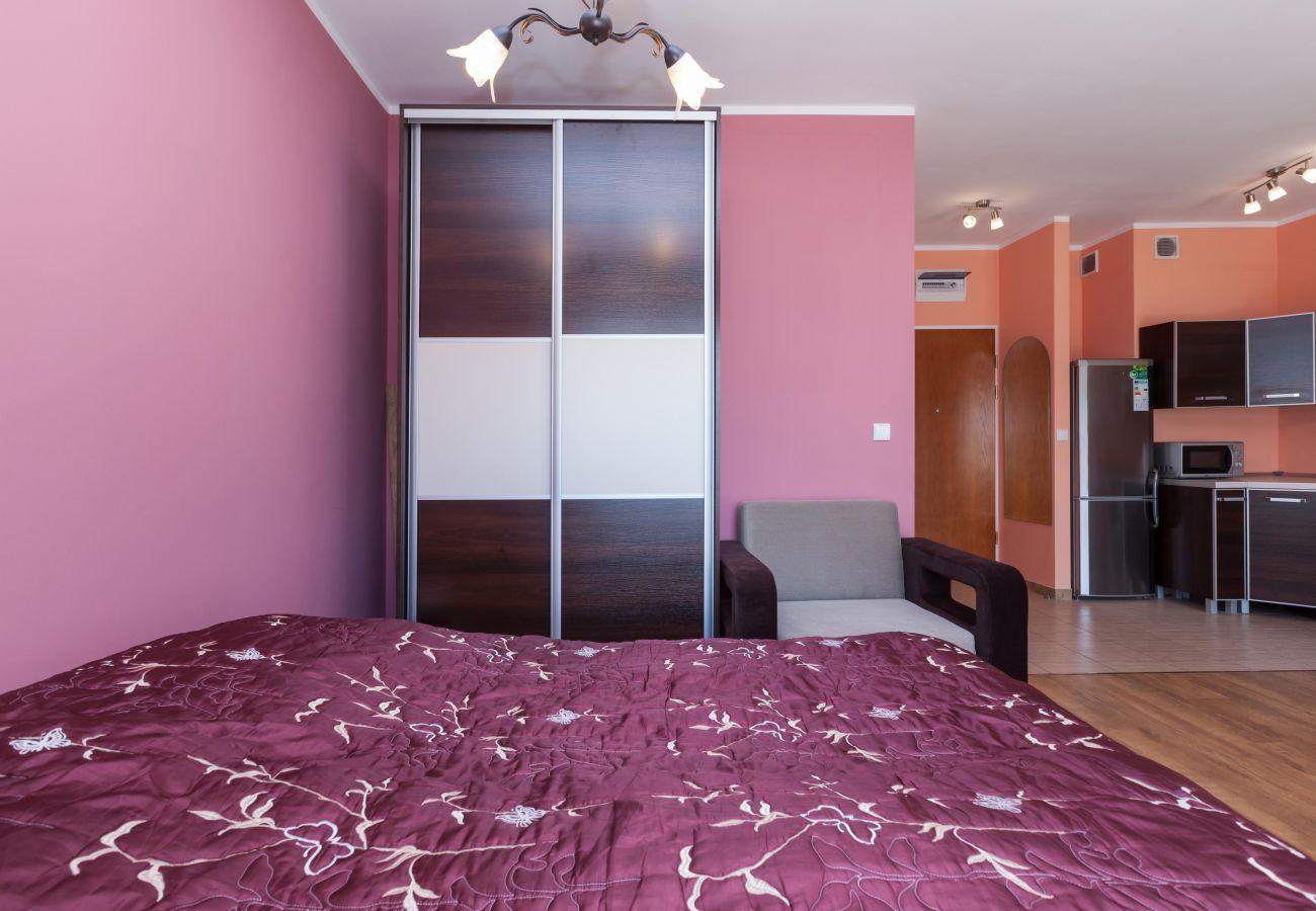 pokój dzienny, sypialnia, aneks kuchenny, szafa, podwójne łóżko, fotel, lodówka, kuchenka mikrofalowa, lustro, wynajem