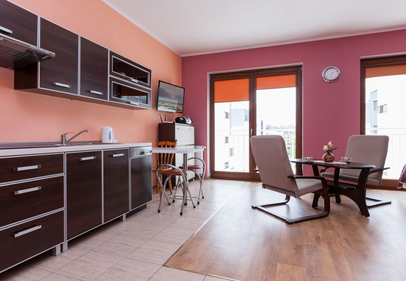 pokój dzienny, aneks kuchenny, jadalnia, telewizor, stół jadalny, krzesła, czajnik, szafki, umywalka, wynajem