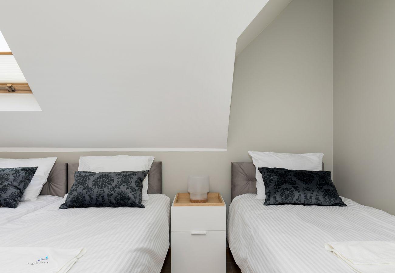 sypialnia, podwójne łóżko, łóżko, obraz, okno, wynajem