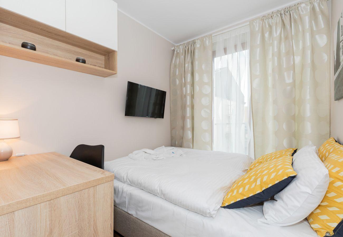 sypialnia, podwójne łóżko, pościel, poduszki, telewizor, biurko, wynajem