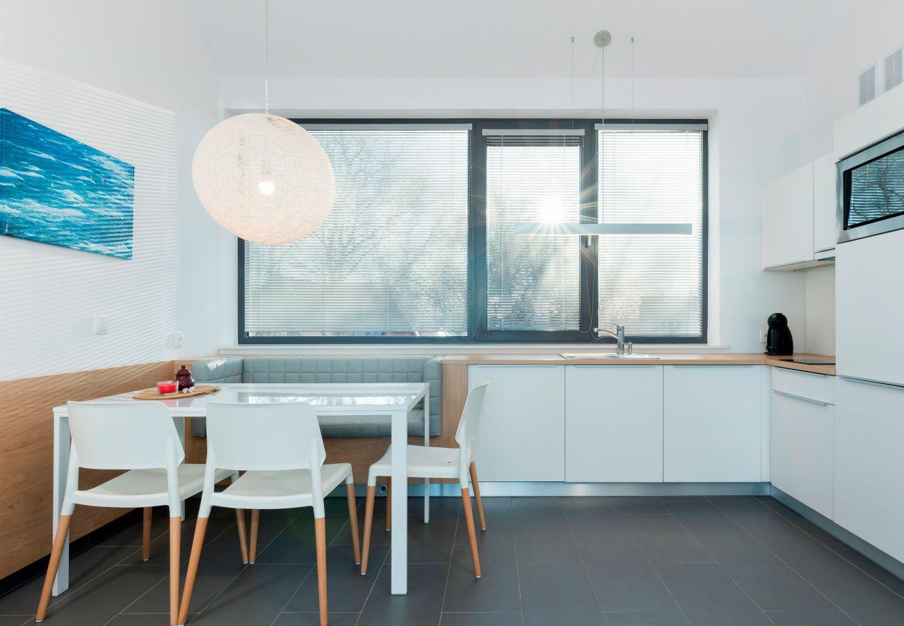 kuchnia, aneks kuchenny, jadalnia, stół, krzesła, ekspres do kawy, kuchenka, zlew, wynajem