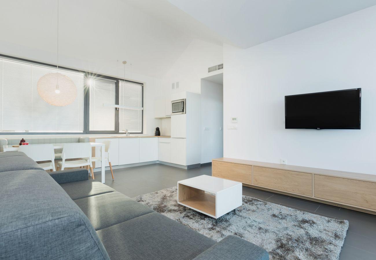 salon, sofa, stolik kawowy, widok na zewnątrz, telewizor, jadalnia, aneks kuchenny, wynajem