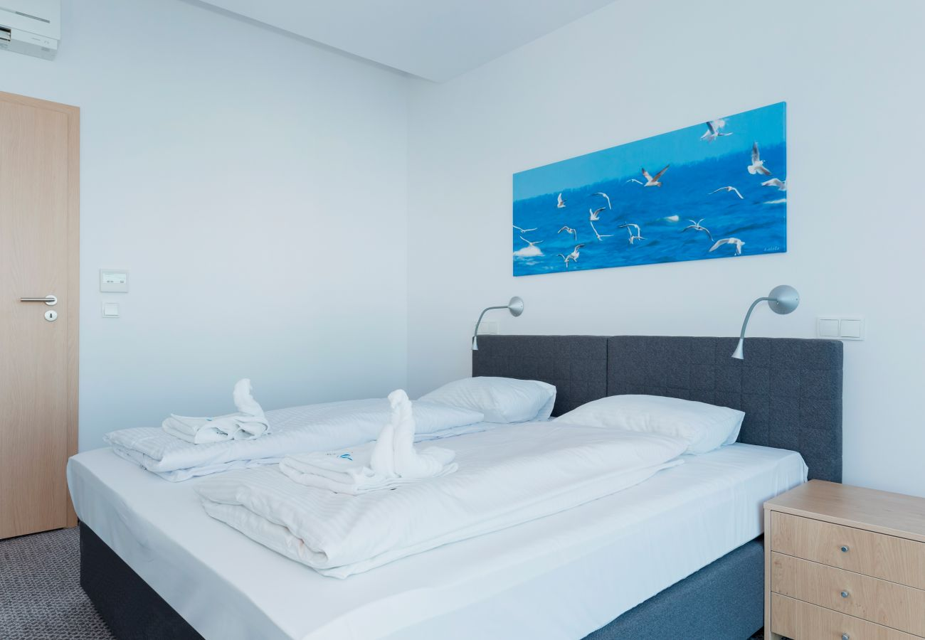sypialnia, podwójne łóżko, biurko, szafa, lustro, widok na zewnątrz, krzesło, wynajem