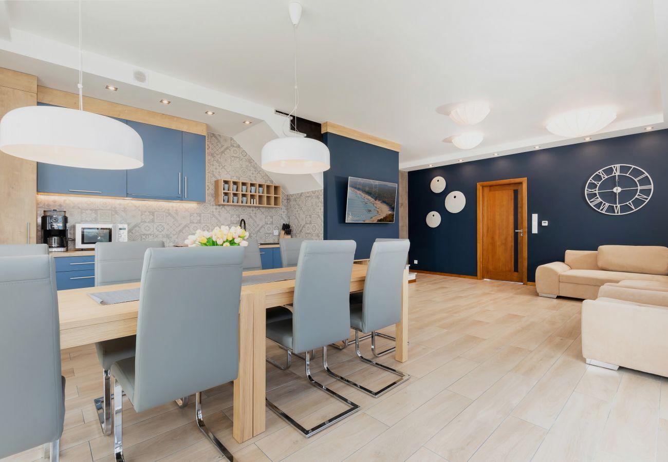salon, sofa, telewizor, stół, jadalnia, krzesła, aneks kuchenny, piekarnik, kuchenka mikrofalowa, zmywarka do naczyń, ekspres do kawy, zlew, wynajem