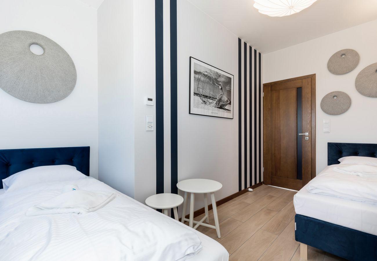 sypialnia, łóżka pojedyncze, stolik nocny, pościel, poduszki, wynajem