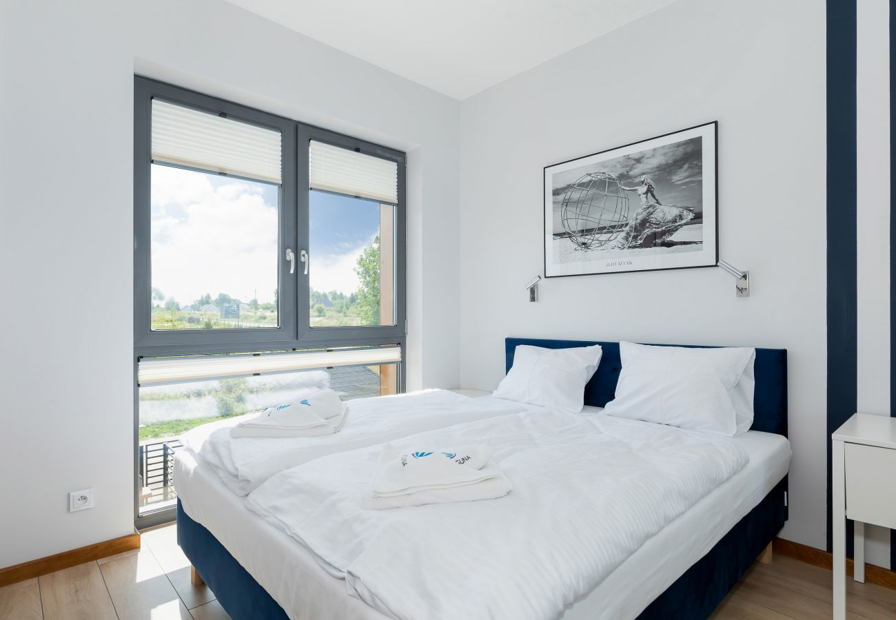 sypialnia, podwójne łóżko, szafa, lustro, szafka nocna, pościel, poduszki, ręczniki, wynajem