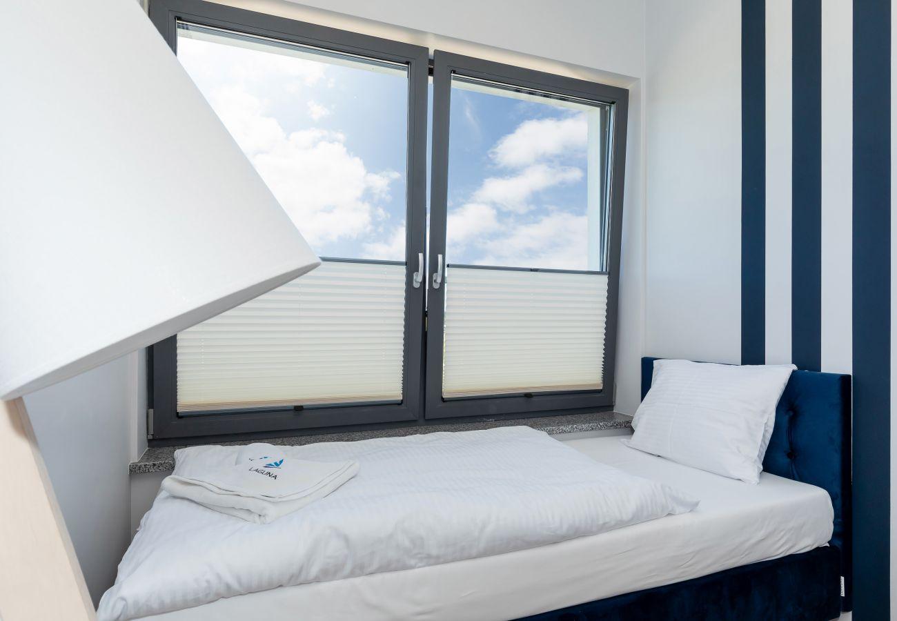 sypialnia, łóżko podwójne, łóżko pojedyncze, pościel, poduszki, ręczniki, szafa, lustro, wynajem
