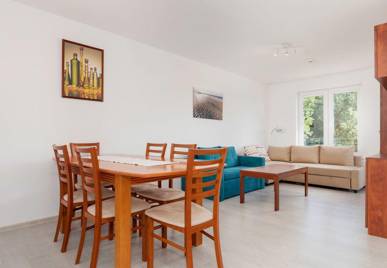 salon, sofa, telewizor, stolik kawowy, stół, jadalnia, krzesła, wynajem