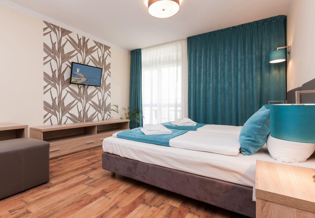salon, sofa, telewizor, łóżka pojedyncze, szafka nocna, lampka nocna, stolik kawowy, wynajem