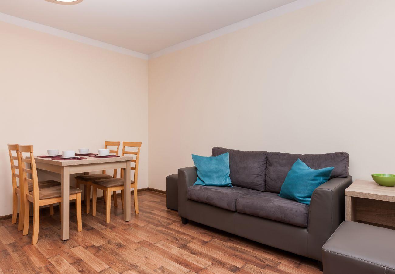salon, sofa, jadalnia, stolik kawowy, stół, krzesła, wynajem