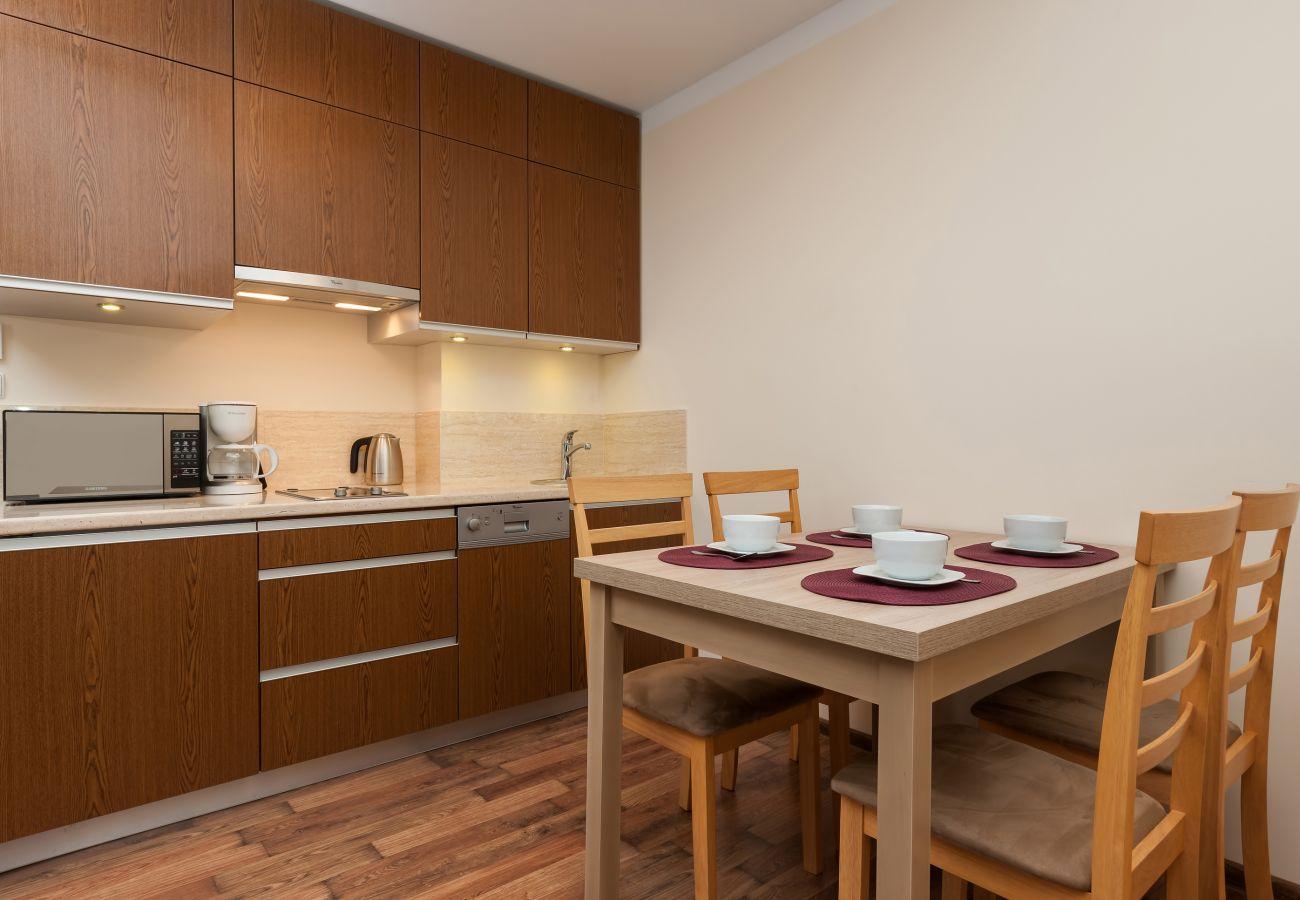 kuchnia, aneks kuchenny, kuchenka mikrofalowa, kuchenka, ekspres do kawy, czajnik, zlew, szafki, jadalnia, stół, krzesła, wynajem