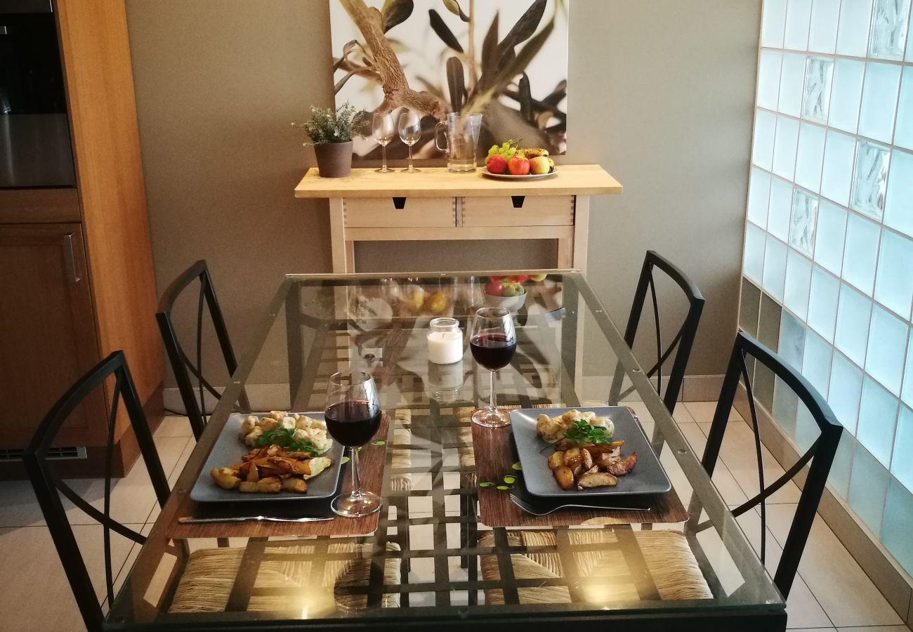 kuchnia, aneks kuchenny, ekspres do kawy, czajnik, kuchenka, zlew, szafki, lodówka, jadalnia, stół, krzesła, wynajem