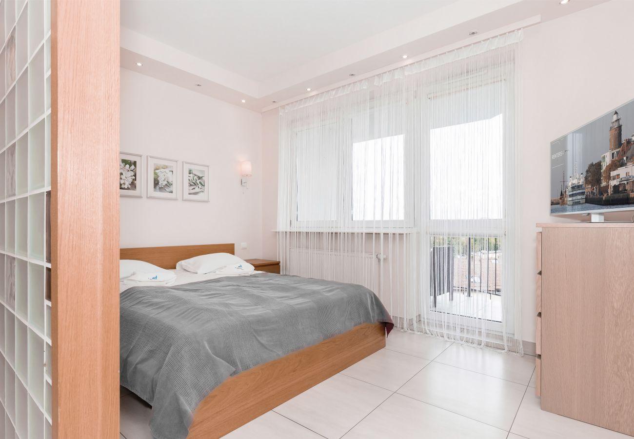 sypialnia, podwójne łóżko, pościel, poduszki, szafka nocna, lampka nocna, czynsz