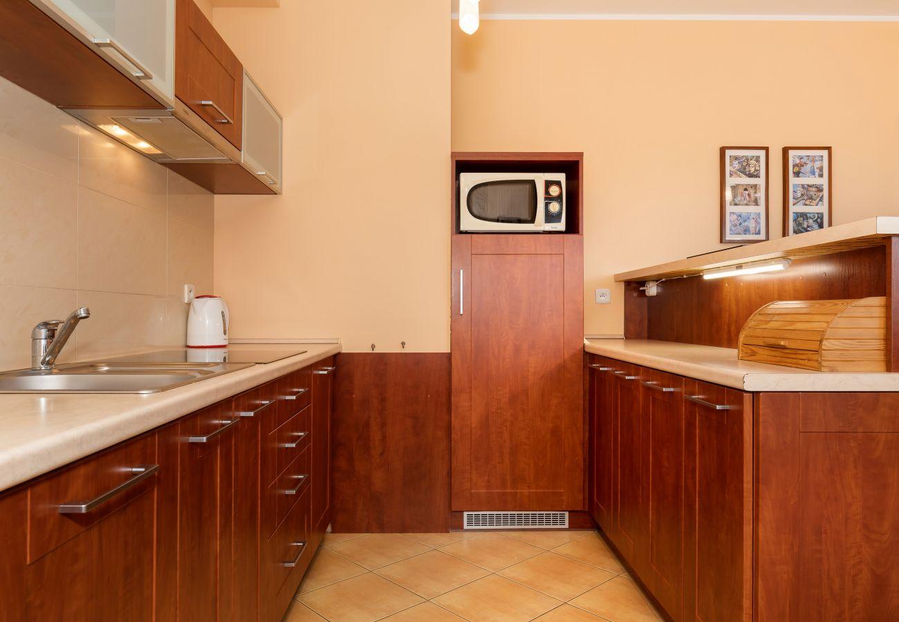 kuchnia, aneks kuchenny, kuchenka, kuchenka mikrofalowa, czajnik, zlew, wynajem