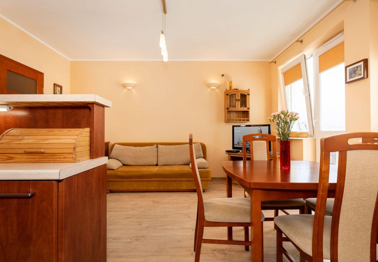 kuchnia, aneks kuchenny, jadalnia, stół, krzesła, kuchenka, kuchenka mikrofalowa, czajnik, zlew, wynajem