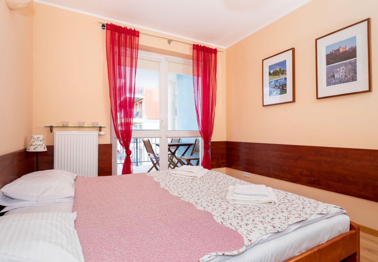 sypialnia, podwójne łóżko, szafa, szafka nocna, lampka nocna, pościel, poduszki, ręczniki, wynajem