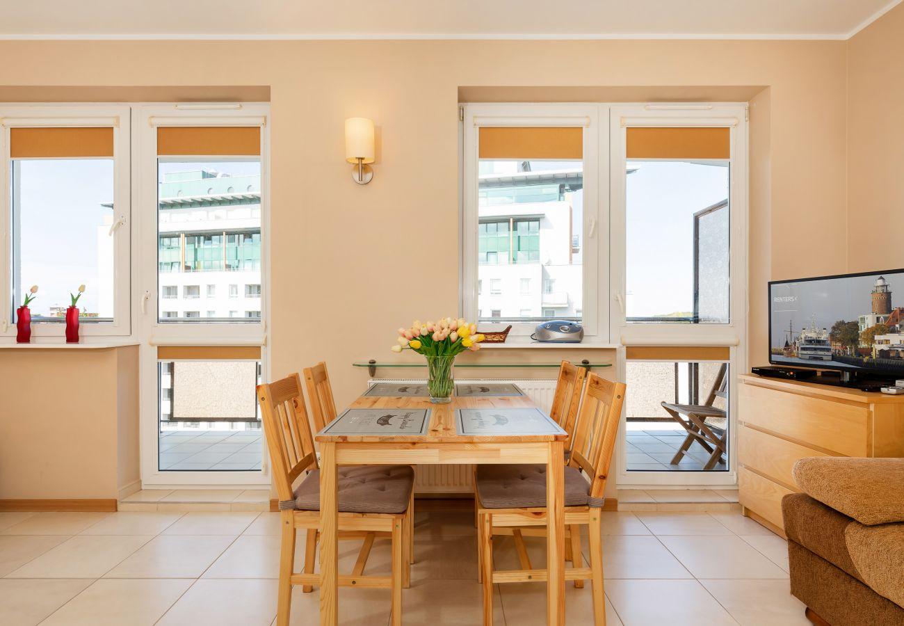 salon, jadalnia, telewizor, sofa, aneks kuchenny, stół, krzesła, kuchenka mikrofalowa, ekspres do kawy, szafa, lustro, wynajem