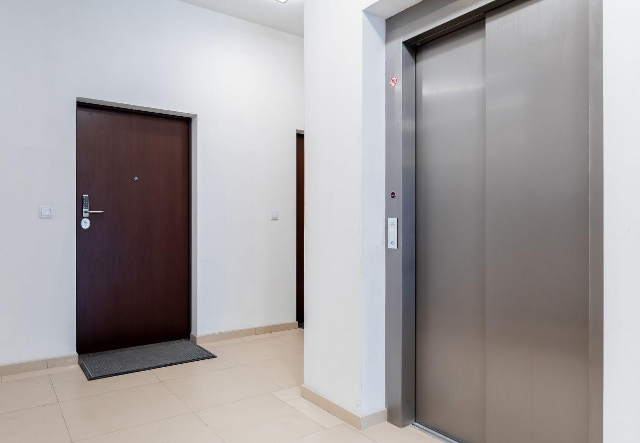 wnętrze, budynek mieszkalny, budynek mieszkalny wnętrze, korytarz, winda, wynajem
