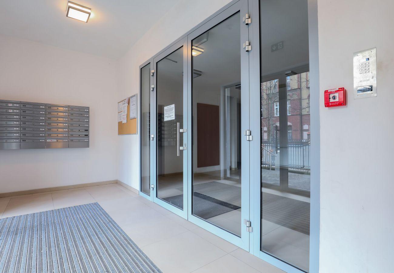 wnętrze, wejście, wejście do budynku mieszkalnego, budynek mieszkalny, budynek mieszkalny wnętrze, apartament, wynajem