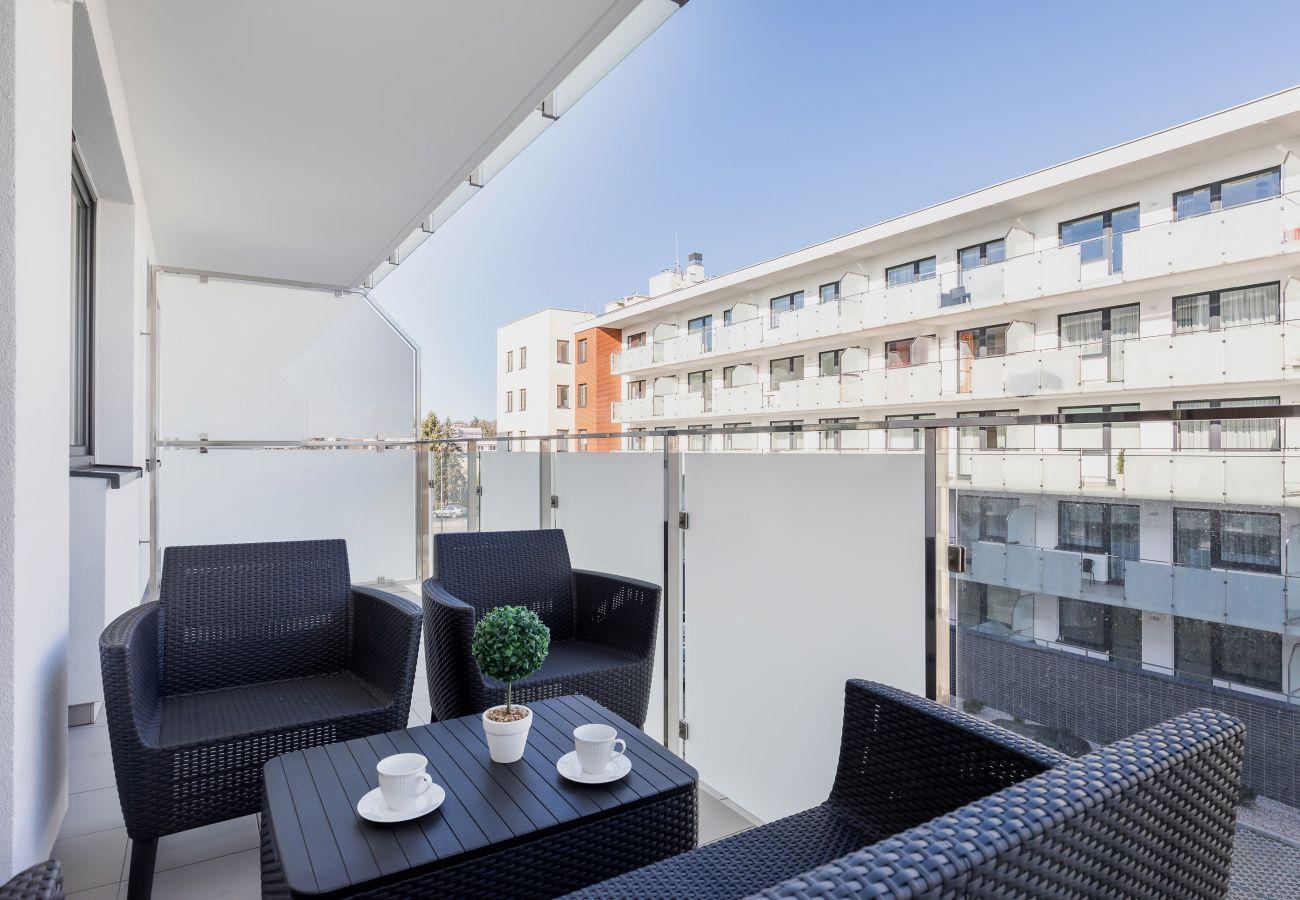 balkon, stół, krzesła, na zewnątrz, widok z balkonu, widok, mieszkanie, mieszkanie na zewnątrz, wynajem