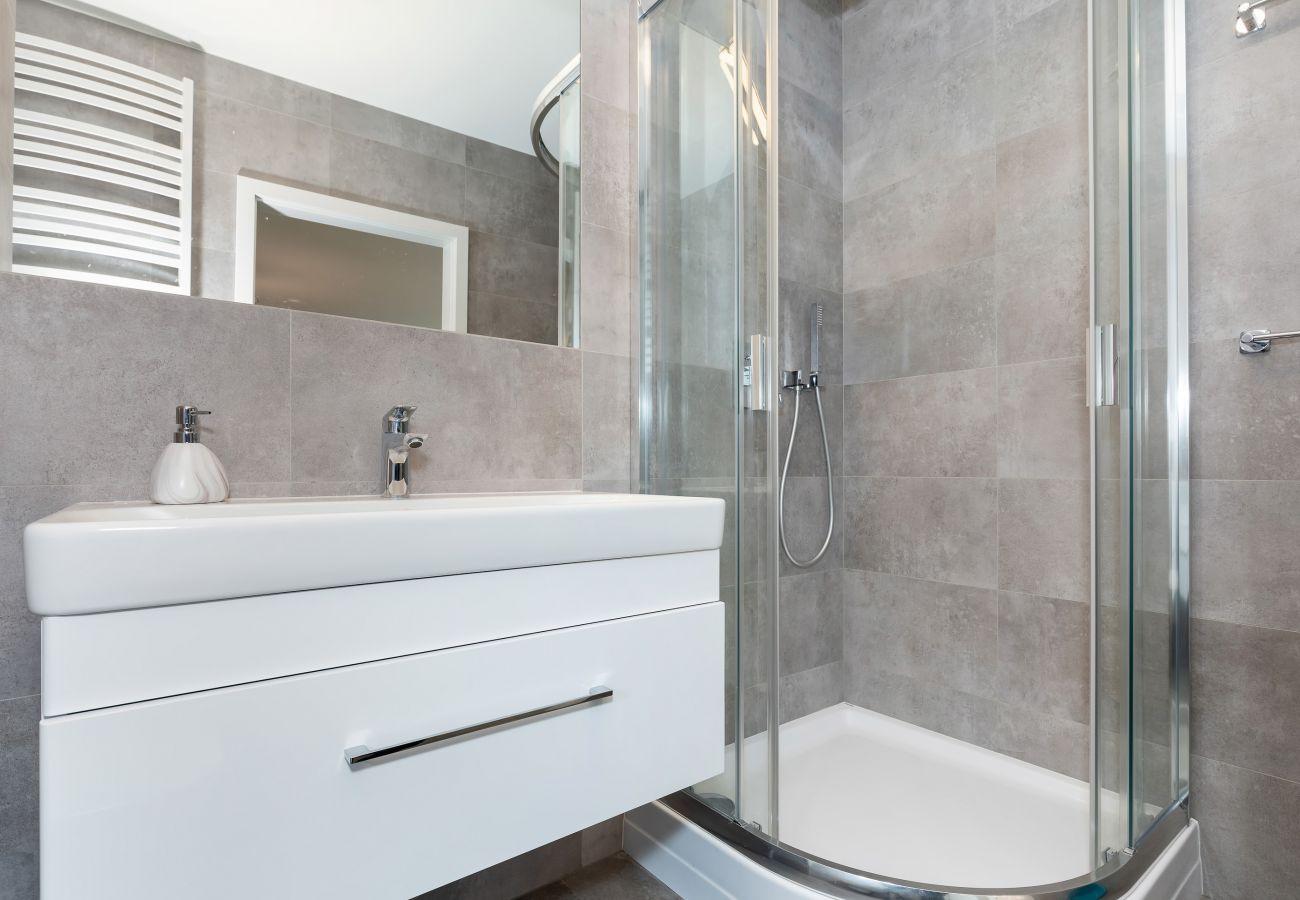 łazienka, prysznic, umywalka, lustro, toaleta, wnętrze, mieszkanie, wynajem