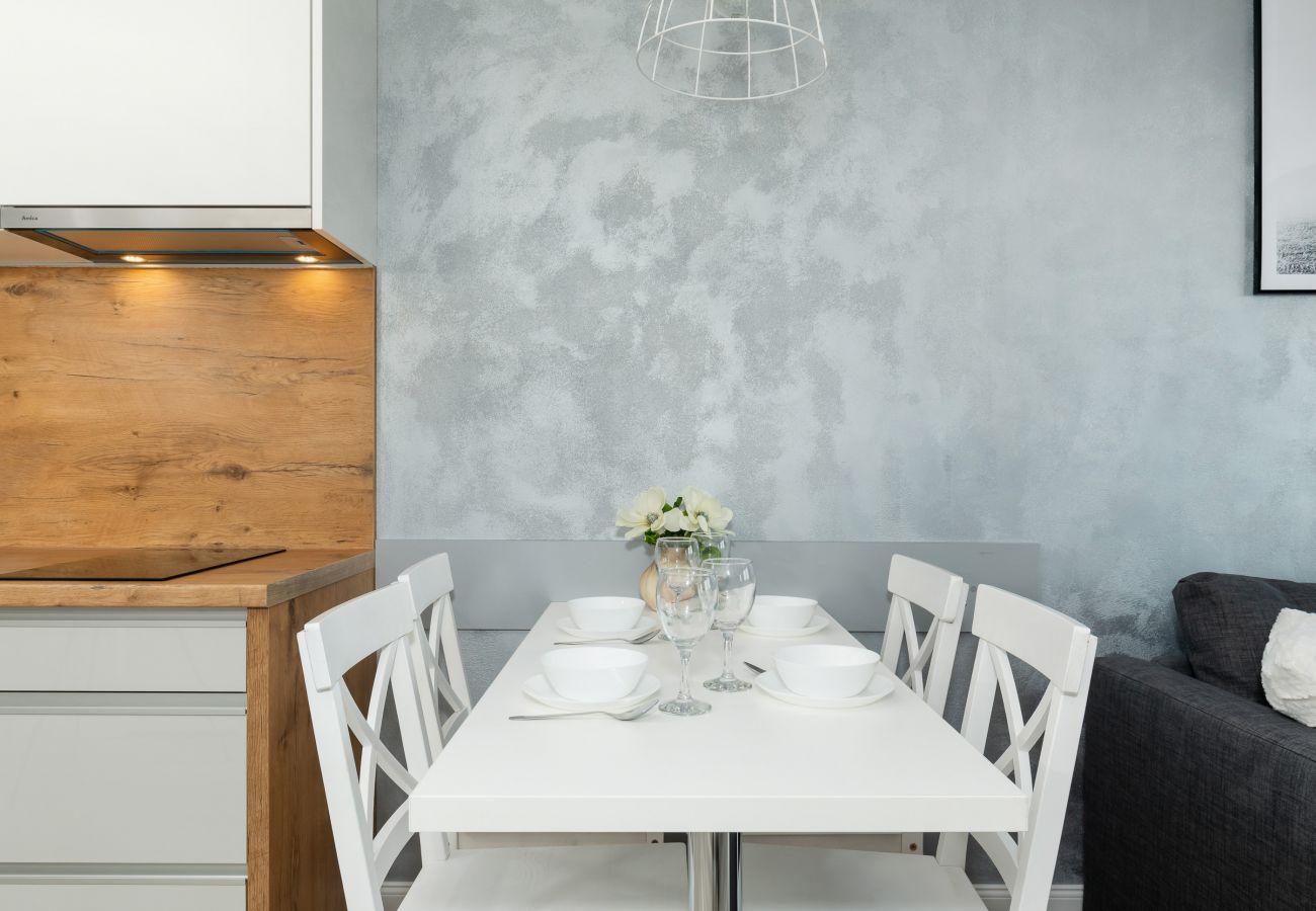 jadalnia, stół, krzesła, salon, aneks kuchenny, apartament, wnętrze, wynajem